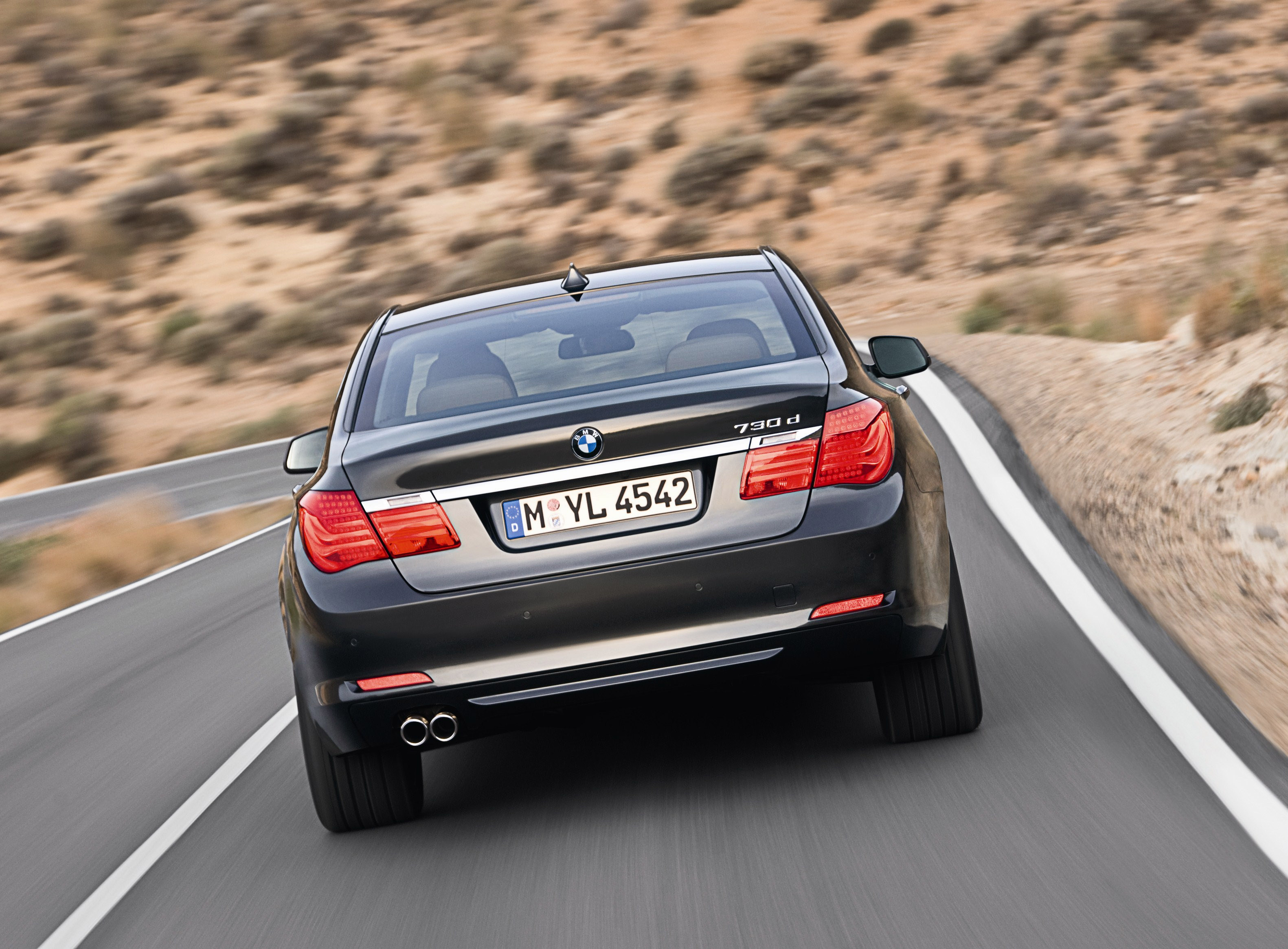 Пятое поколение BMW 7 серии влезает в крышку - фотография №10
