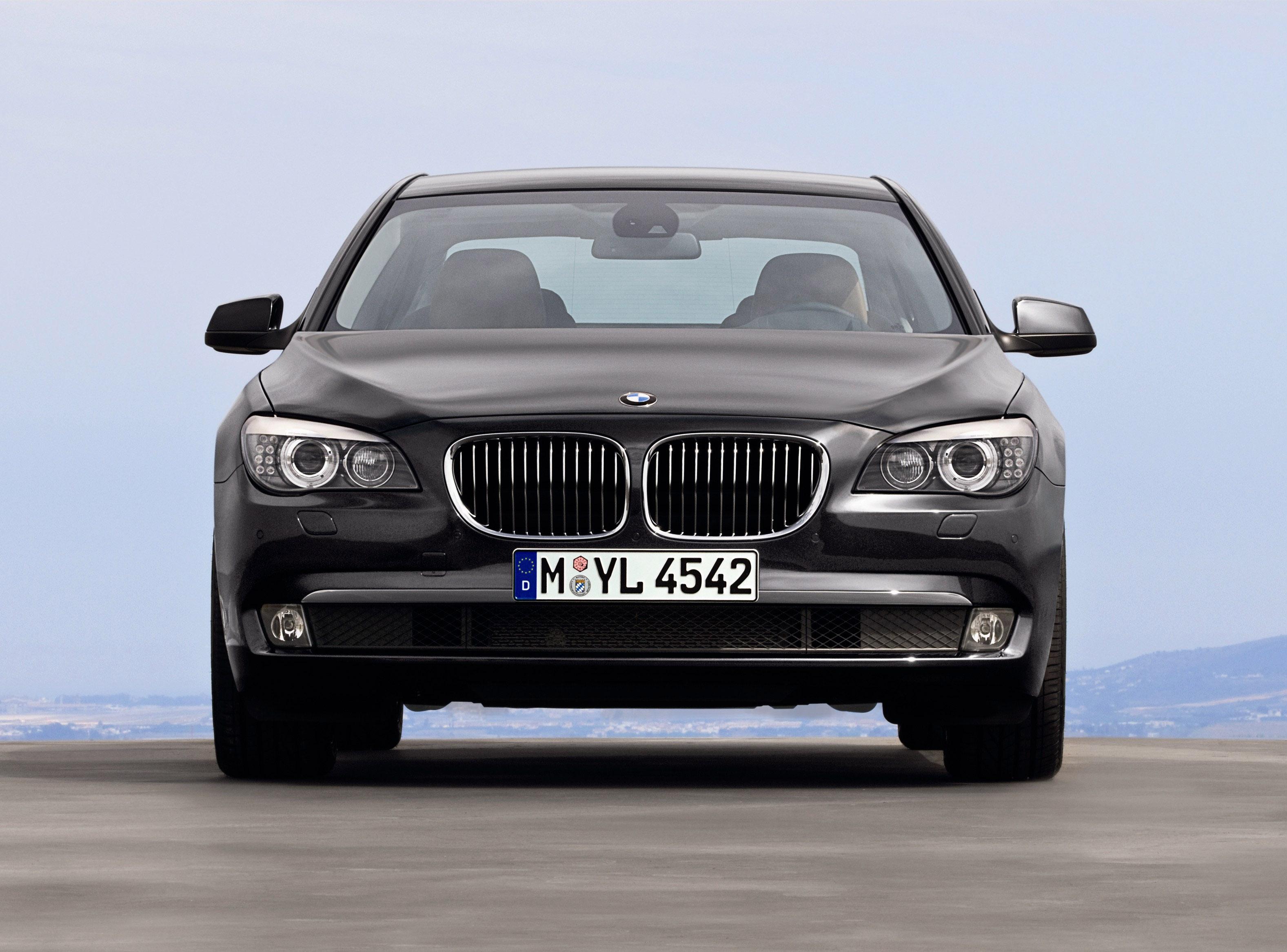 Пятое поколение BMW 7 серии влезает в крышку - фотография №11