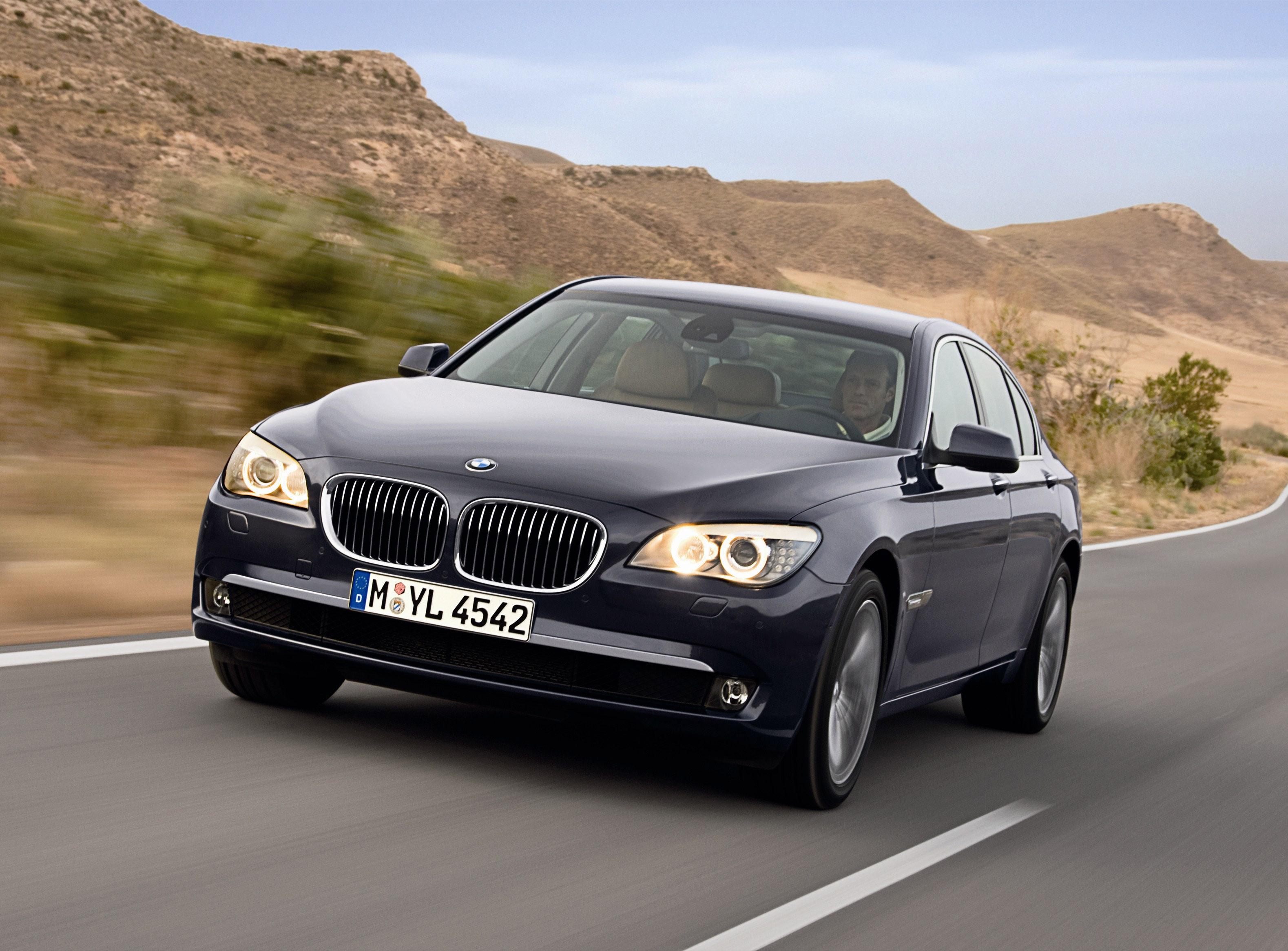 Пятое поколение BMW 7 серии влезает в крышку - фотография №12