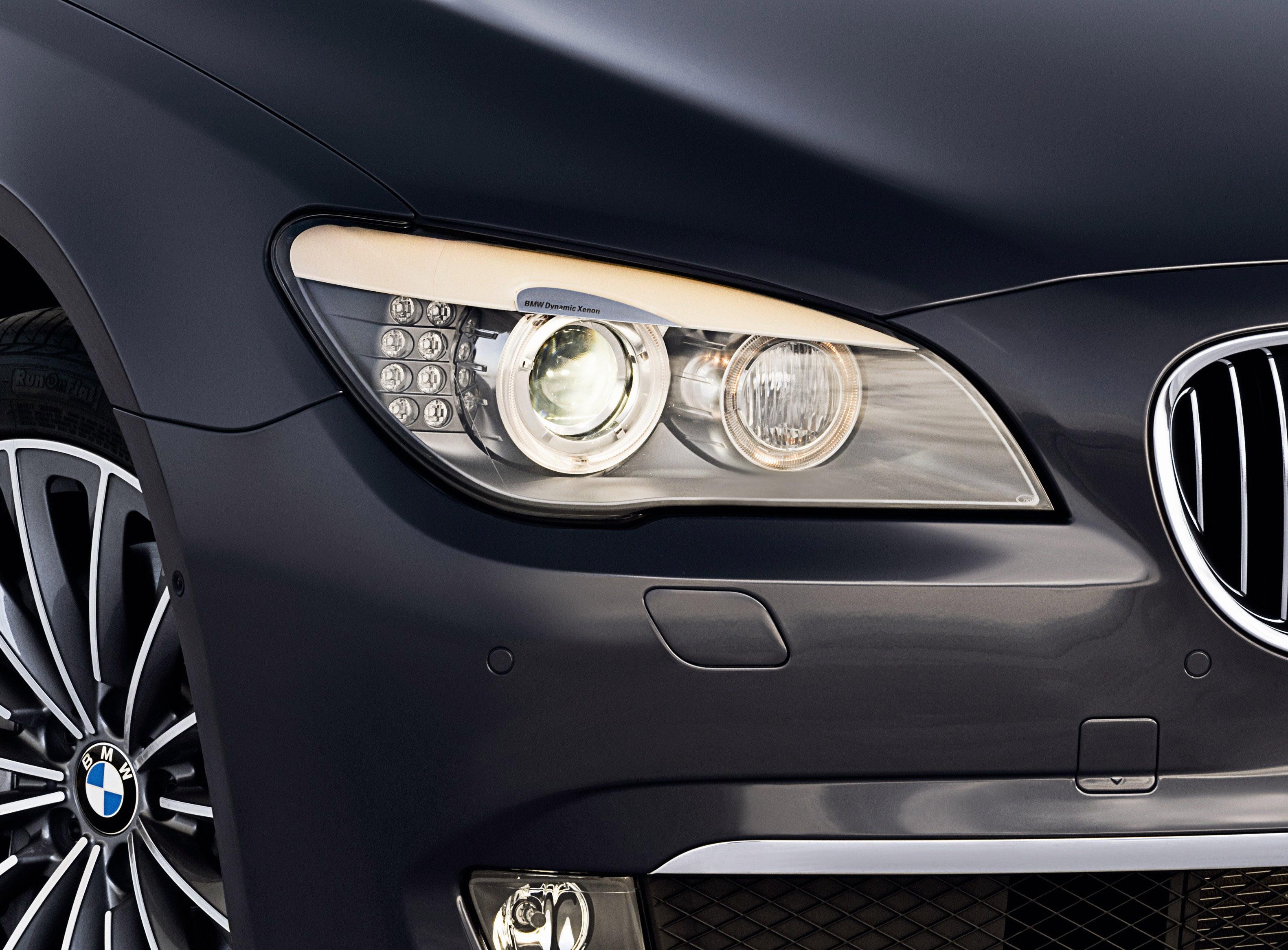 Пятое поколение BMW 7 серии влезает в крышку - фотография №13