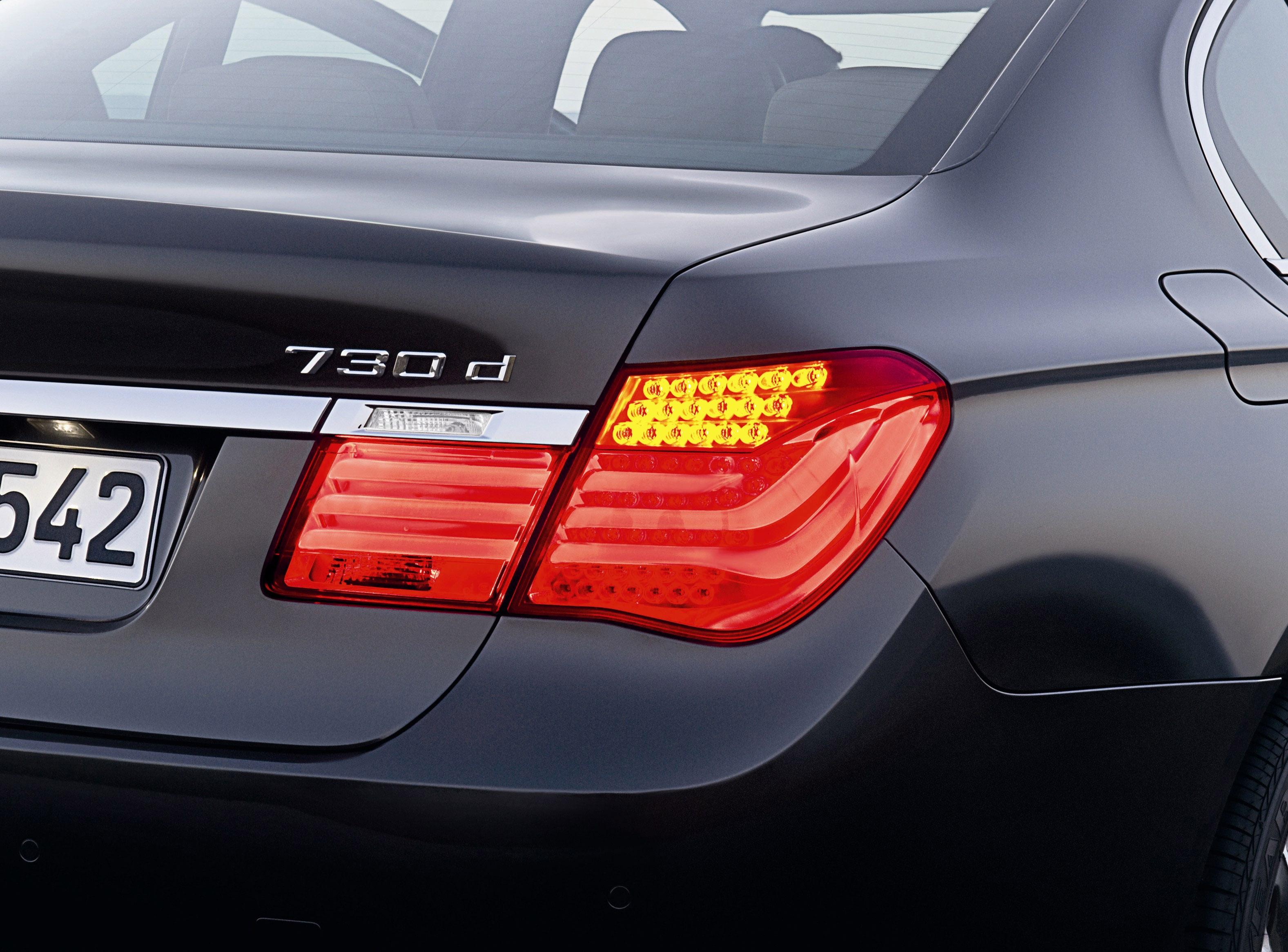 Пятое поколение BMW 7 серии влезает в крышку - фотография №14