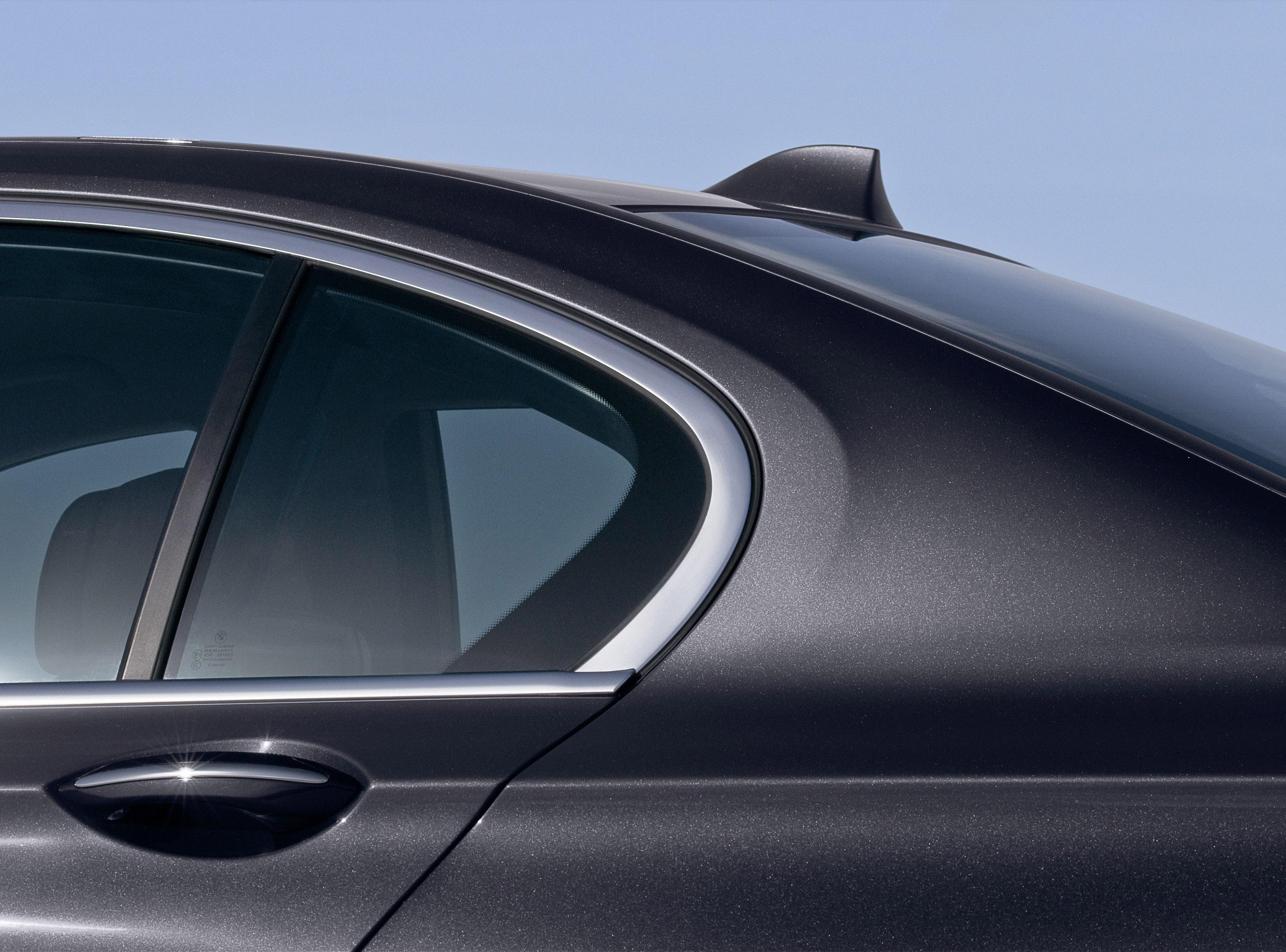 Пятое поколение BMW 7 серии влезает в крышку - фотография №15