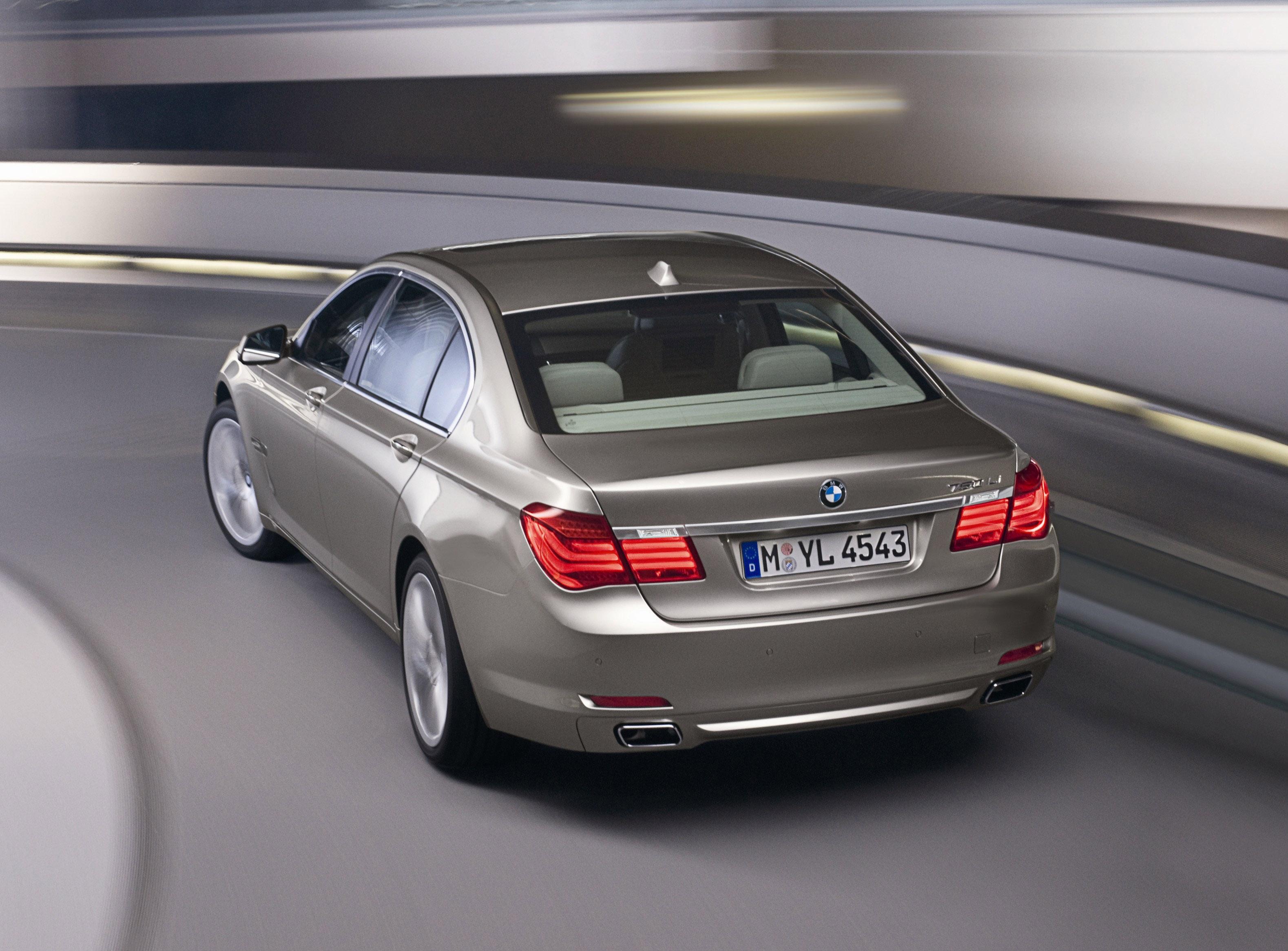 Пятое поколение BMW 7 серии влезает в крышку - фотография №16