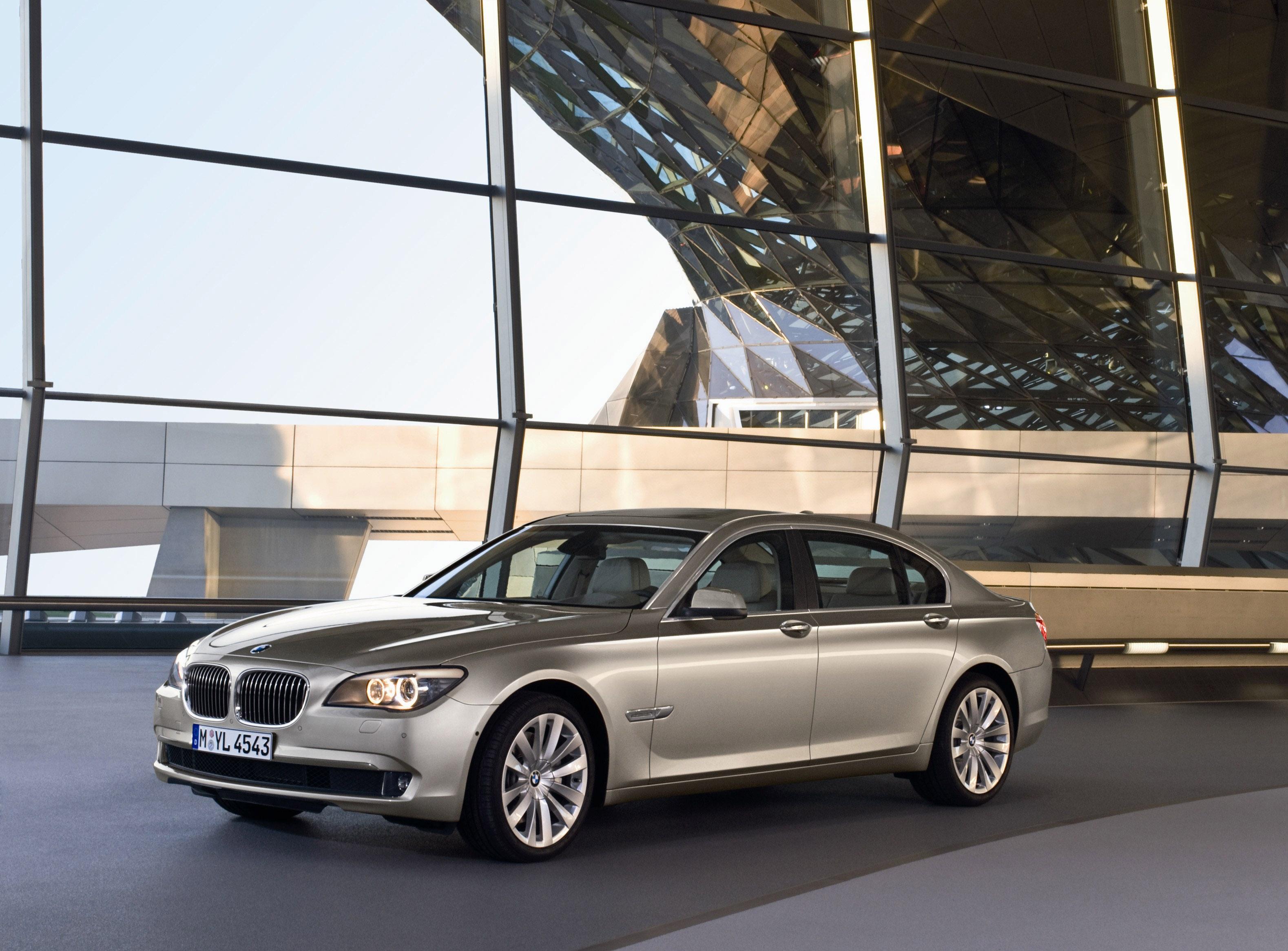 Пятое поколение BMW 7 серии влезает в крышку - фотография №17