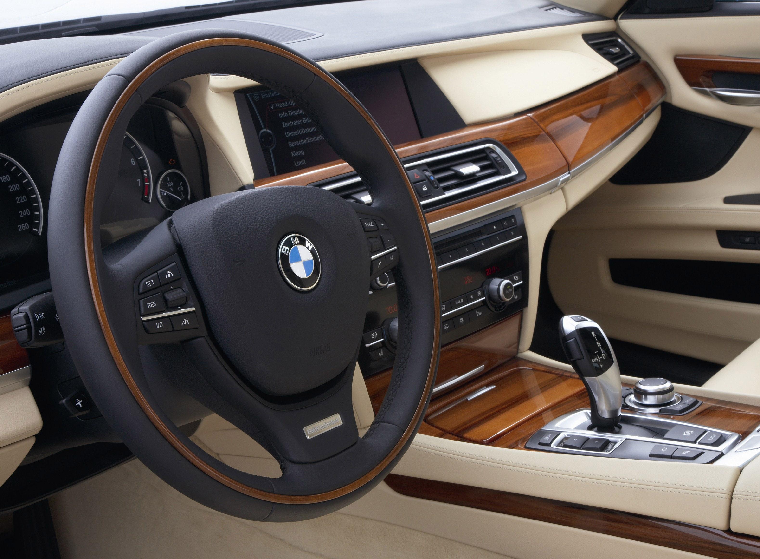 Пятое поколение BMW 7 серии влезает в крышку - фотография №24