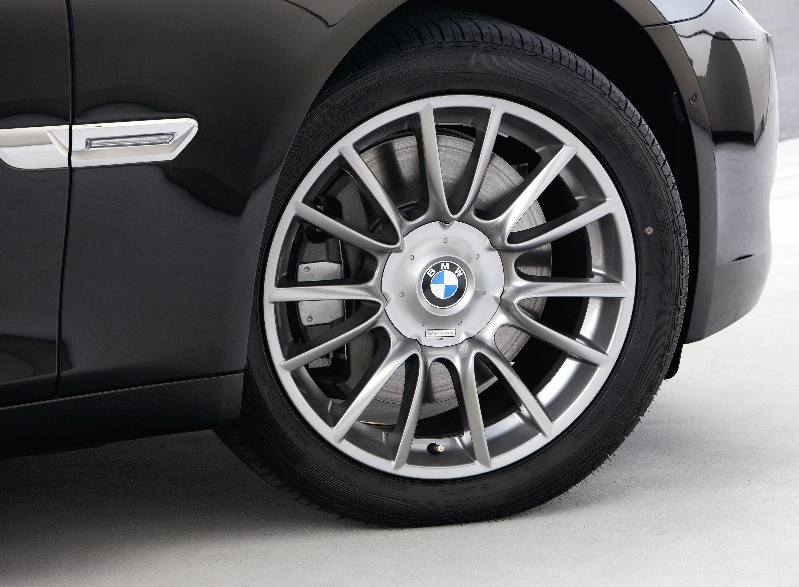 Пятое поколение BMW 7 серии влезает в крышку - фотография №25