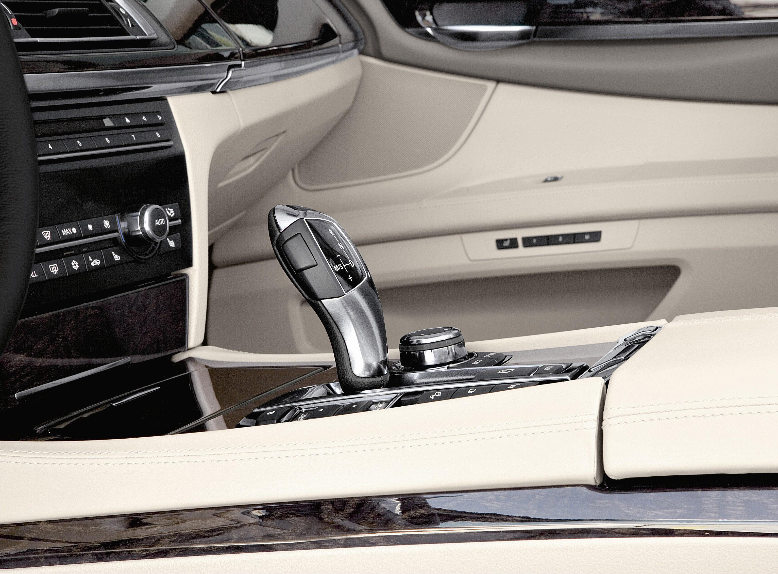 Пятое поколение BMW 7 серии влезает в крышку - фотография №36