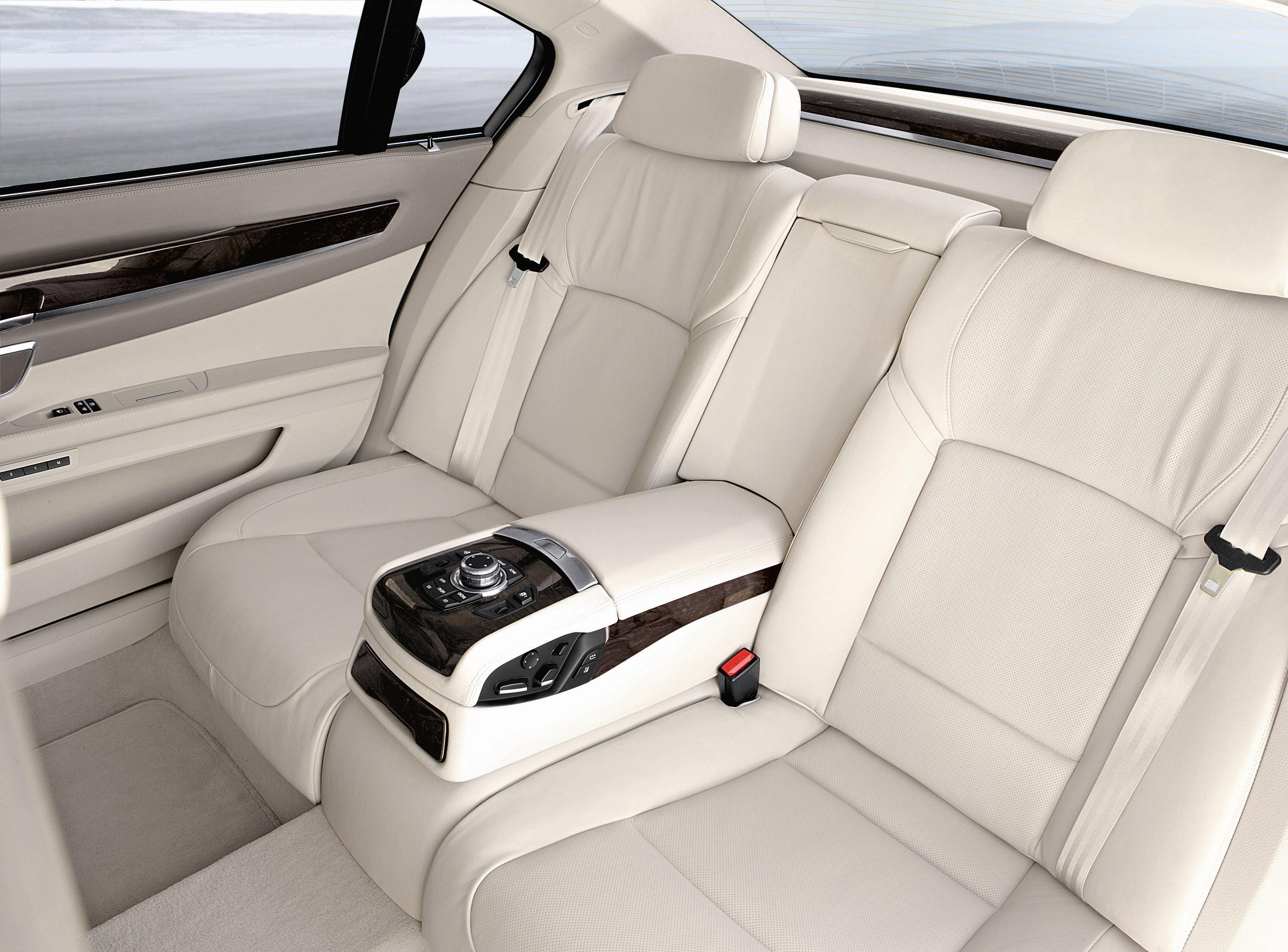 Пятое поколение BMW 7 серии влезает в крышку - фотография №37
