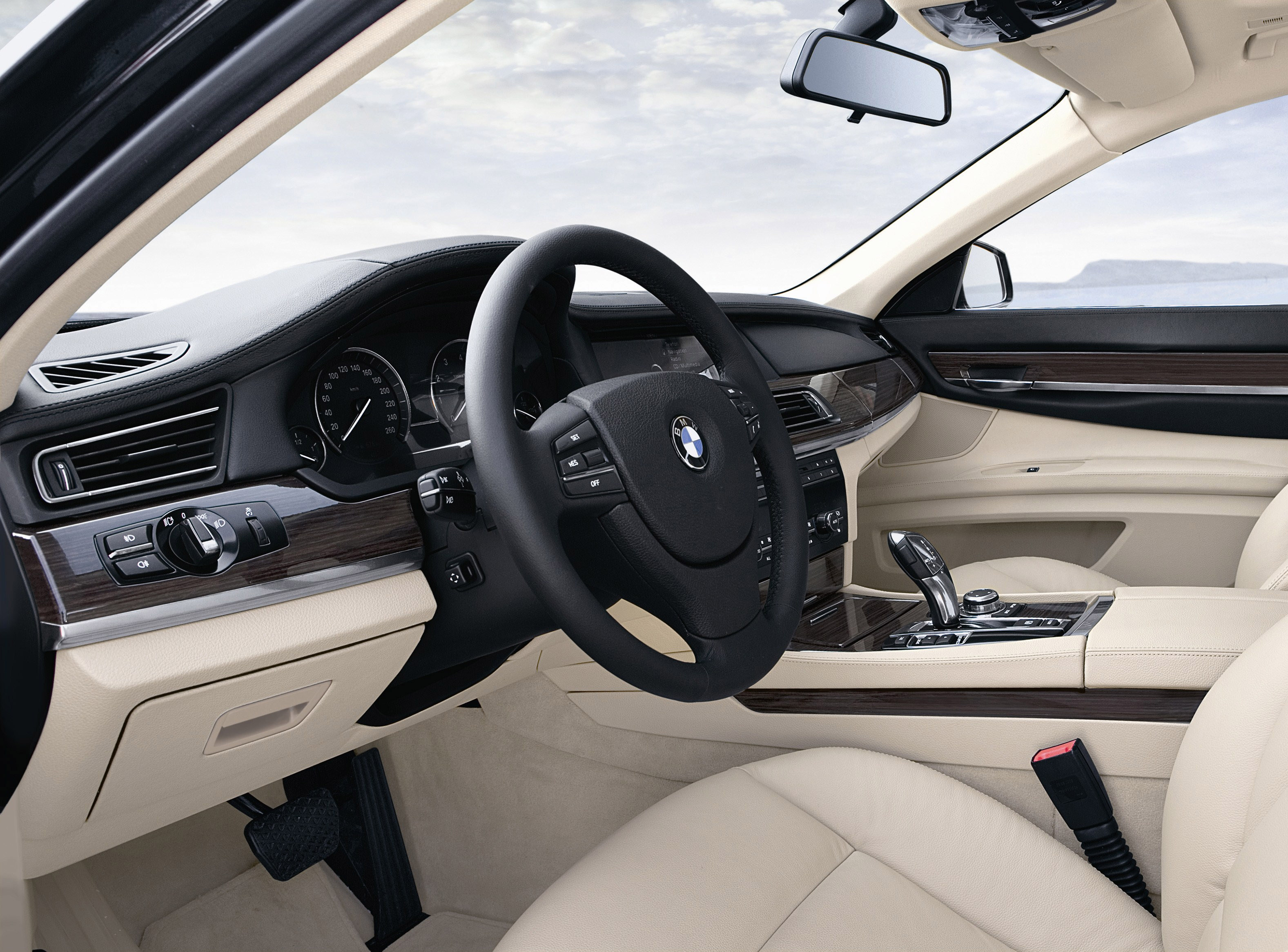 Пятое поколение BMW 7 серии влезает в крышку - фотография №38