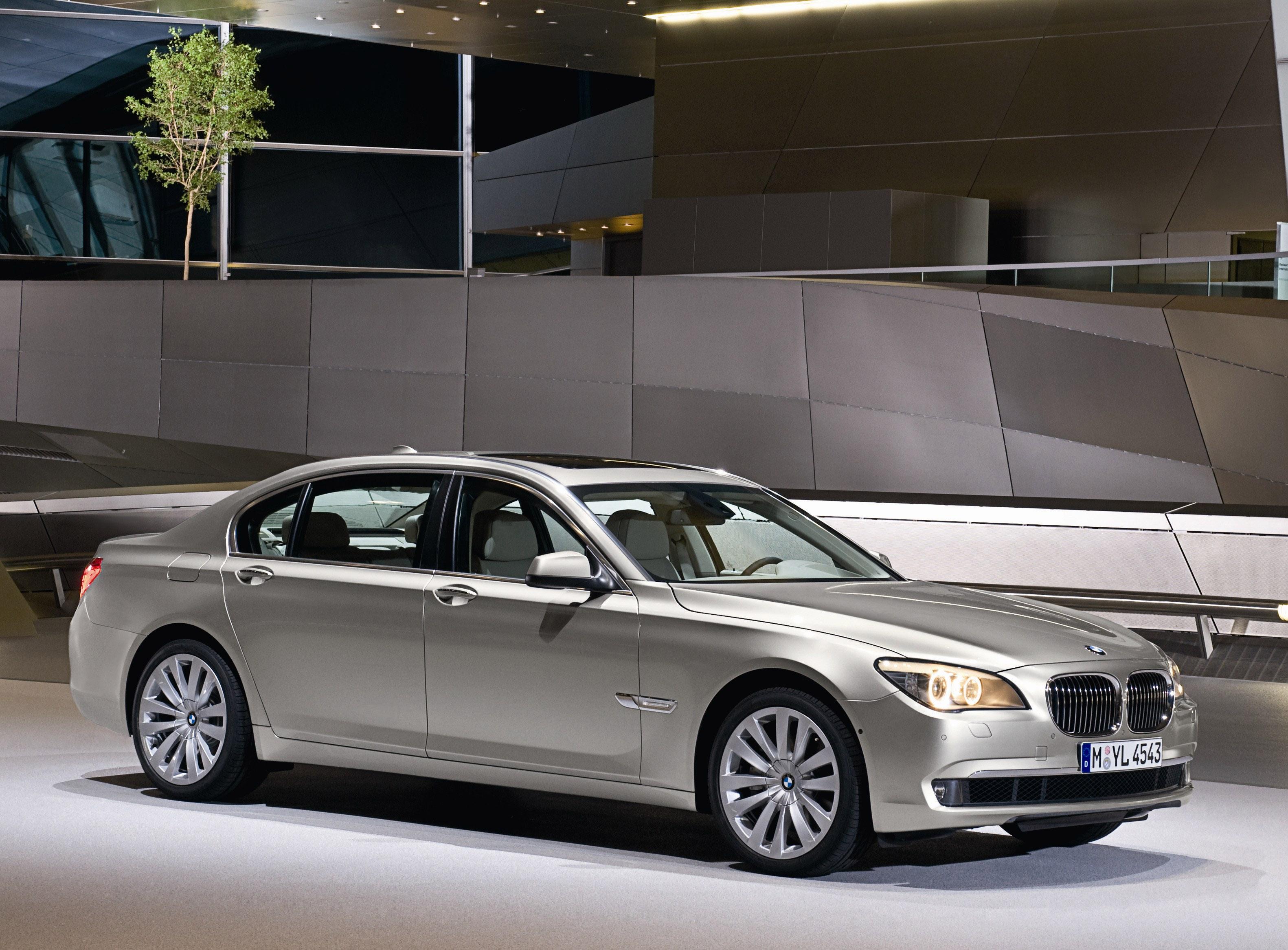 Пятое поколение BMW 7 серии влезает в крышку - фотография №40