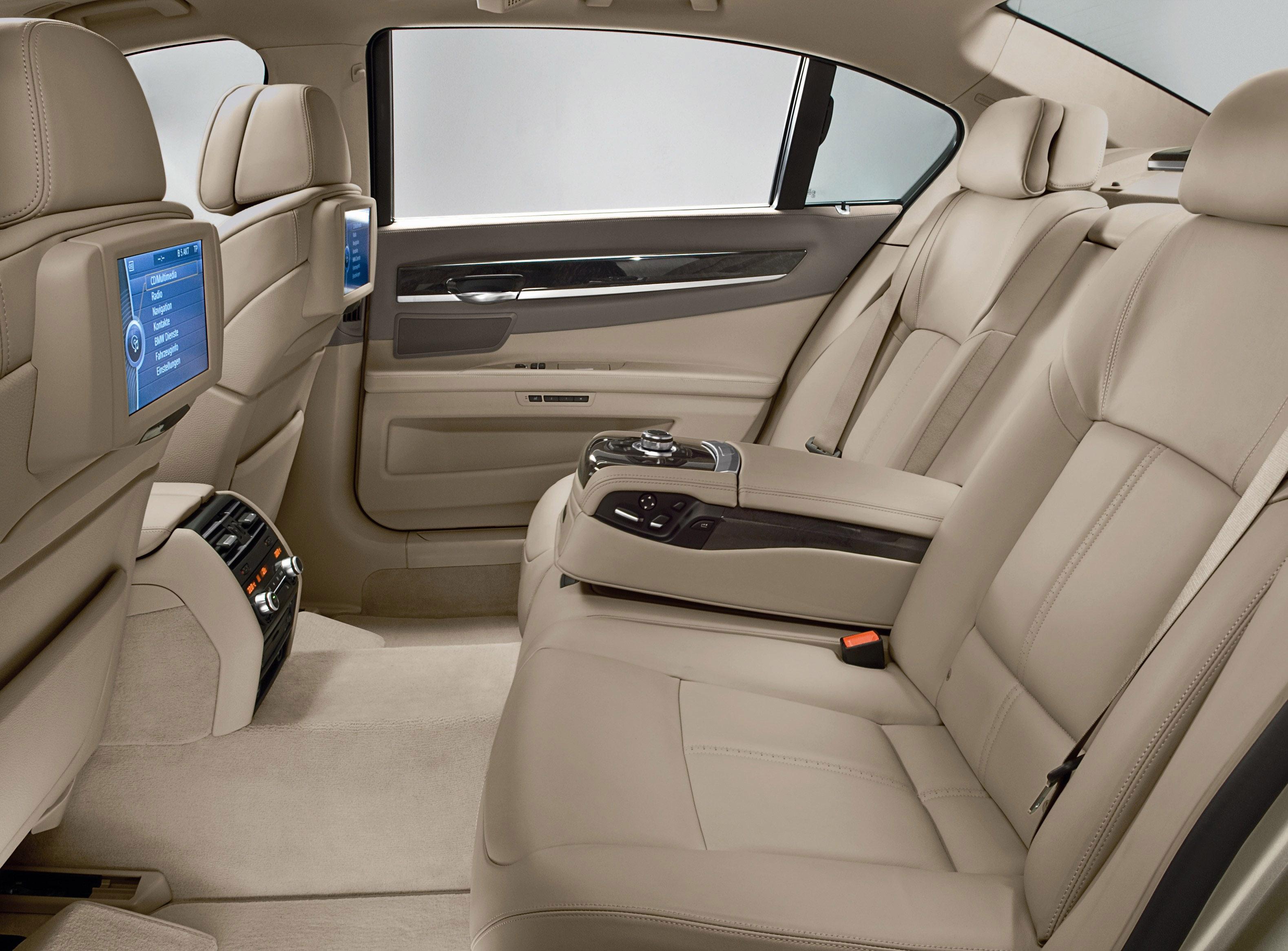 Пятое поколение BMW 7 серии влезает в крышку - фотография №41
