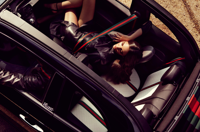 Фото девушек из люка машины