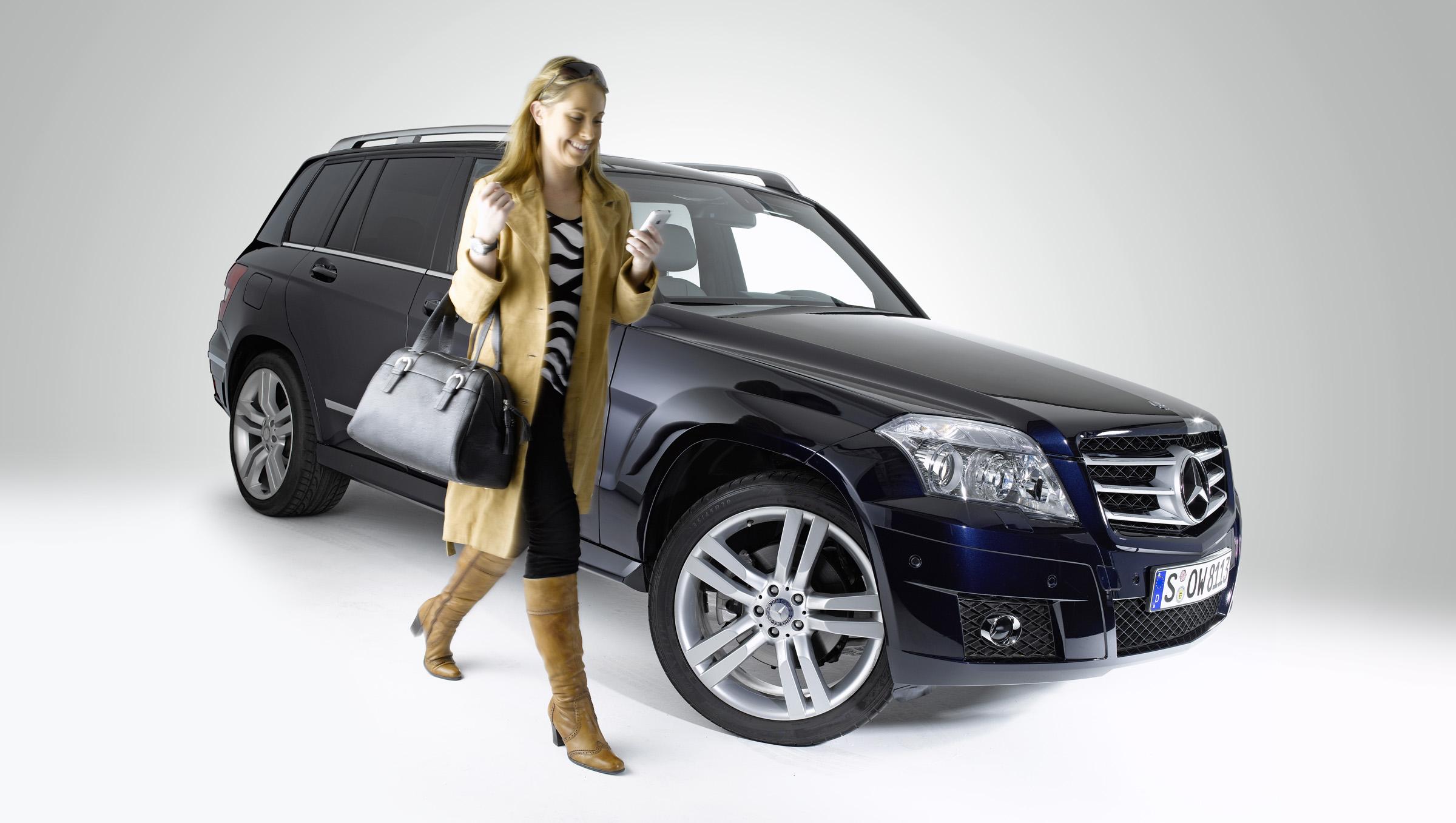 Новая колыбель позволяет полностью интегрироваться в архитектуре автомобиля: Mercedes-Benz делает в автомобиле iPhone® подключение еще проще - фотография №1