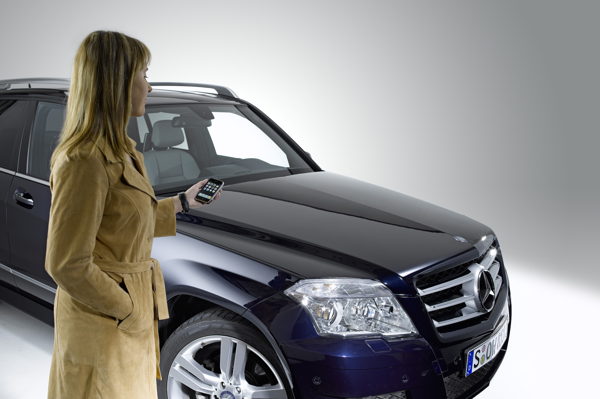 Новая колыбель позволяет полностью интегрироваться в архитектуре автомобиля: Mercedes-Benz делает в автомобиле iPhone® подключение еще проще - фотография №2