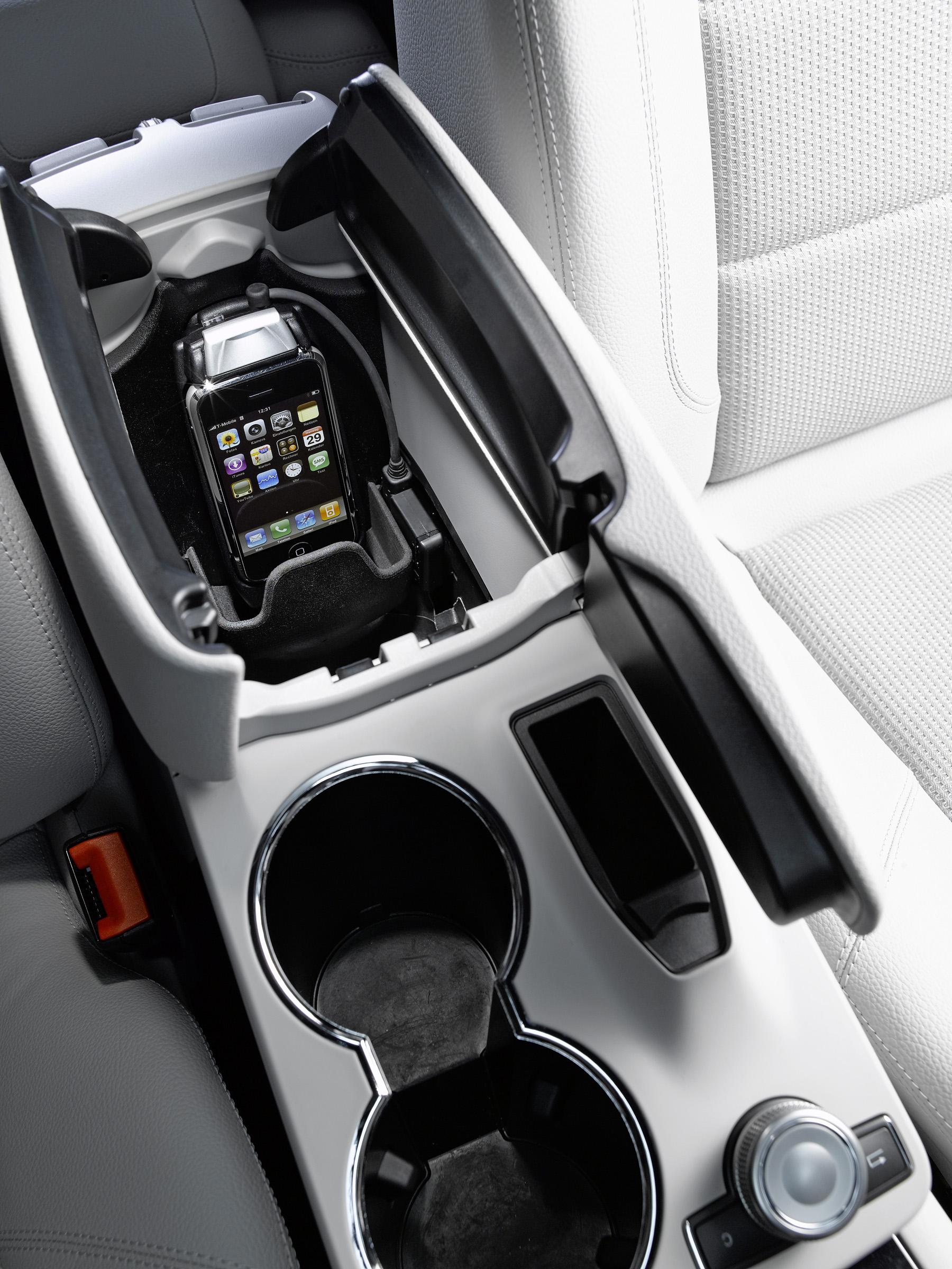 Новая колыбель позволяет полностью интегрироваться в архитектуре автомобиля: Mercedes-Benz делает в автомобиле iPhone® подключение еще проще - фотография №3