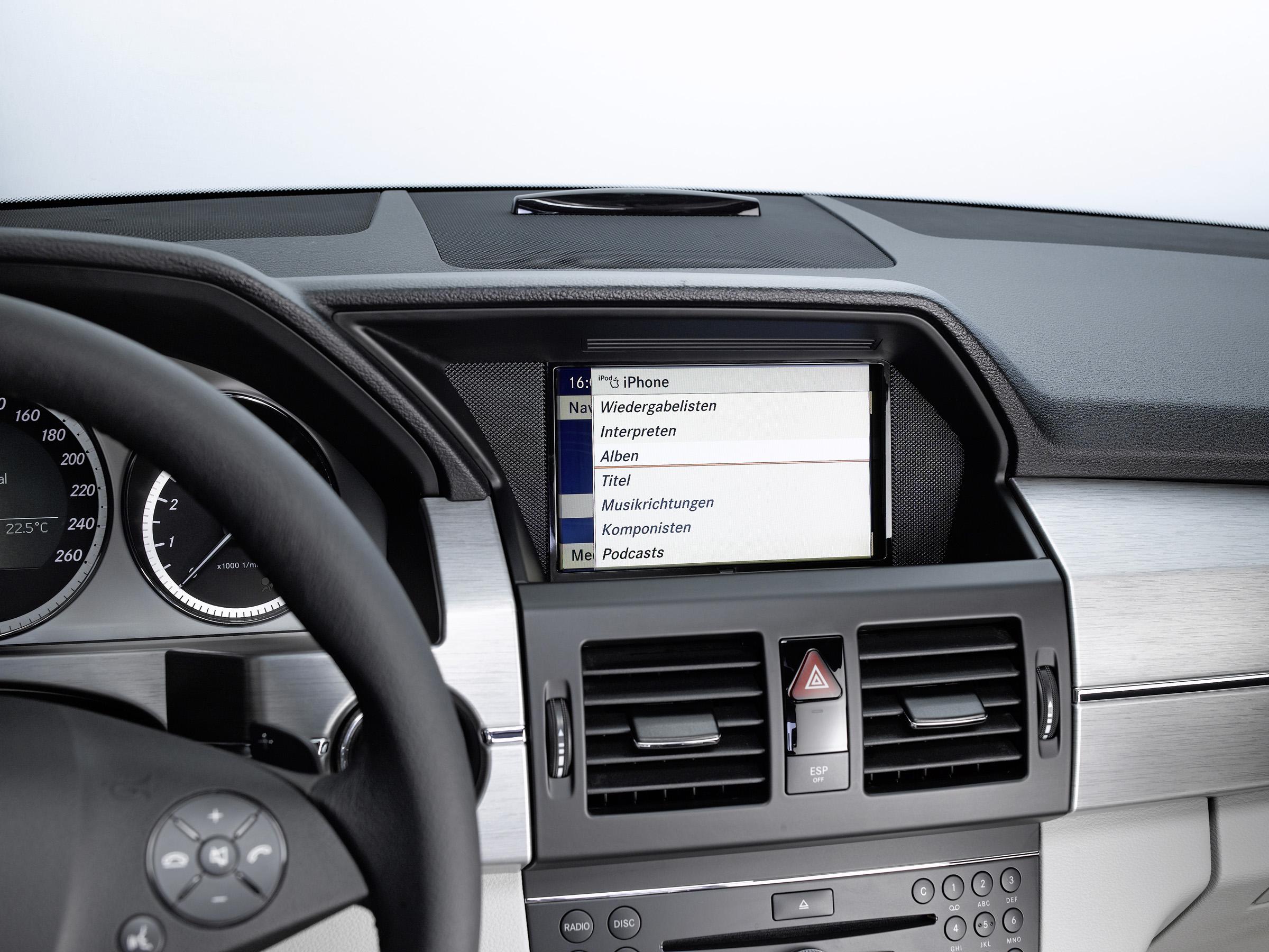 Новая колыбель позволяет полностью интегрироваться в архитектуре автомобиля: Mercedes-Benz делает в автомобиле iPhone® подключение еще проще - фотография №5