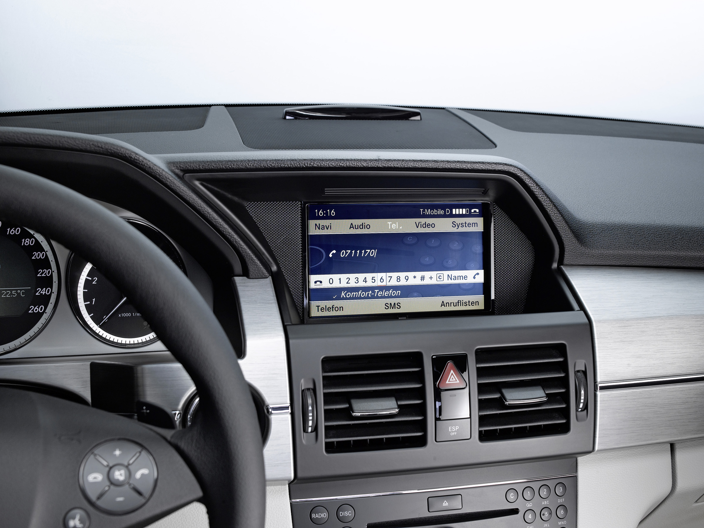 Новая колыбель позволяет полностью интегрироваться в архитектуре автомобиля: Mercedes-Benz делает в автомобиле iPhone® подключение еще проще - фотография №6