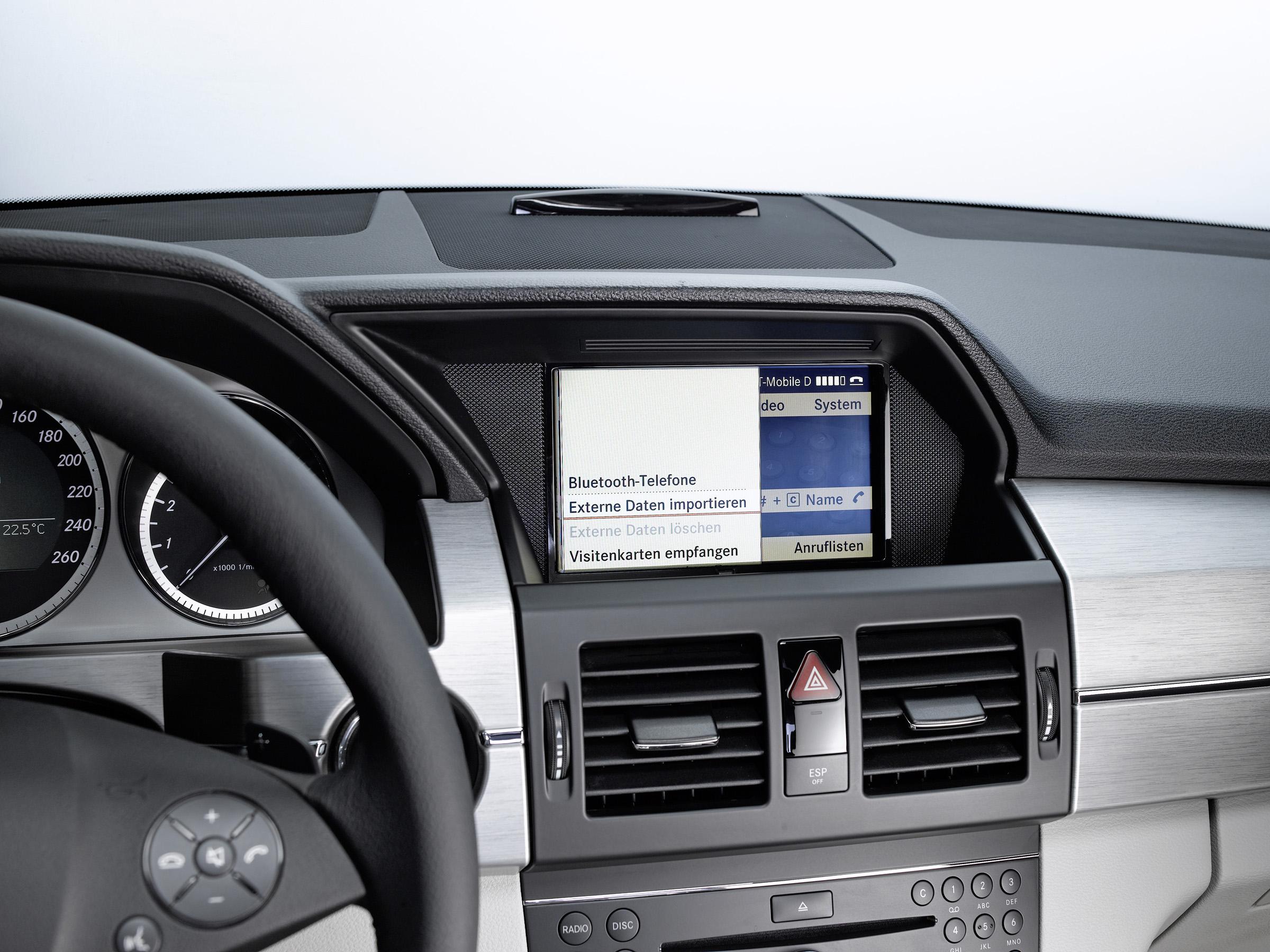 Новая колыбель позволяет полностью интегрироваться в архитектуре автомобиля: Mercedes-Benz делает в автомобиле iPhone® подключение еще проще - фотография №7