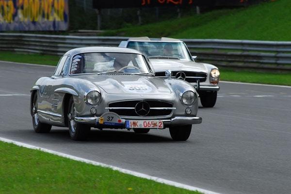 Лучшие в мире классических автомобилей на выставке Mercedes-Benz world - фотография №1